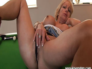 British mature Jane Bond plays with her pussy on a snooker t