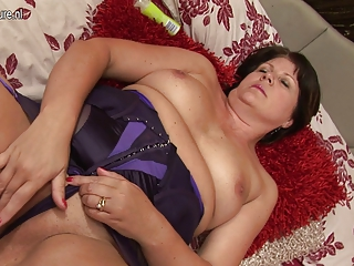 Sexy chubby British lady gets her pussy wet