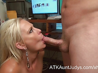 Hot mature secretary gives great head