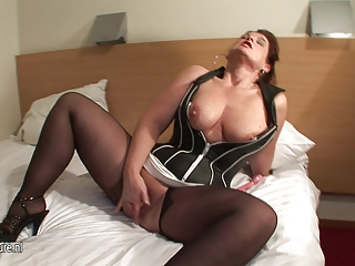 Amateur mama loves to get some youthful jizz