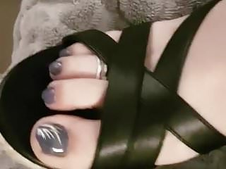 Cum atop toes