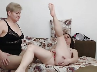 Family Camshow mommy Helps Out in sofa