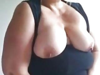 une grosse mature se masturbe et se film