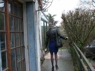 Angie une e femme salope s'est égarée dans shivering maison de Cedric un homme pervers qui va l'enculer dans shivering salle de bain .