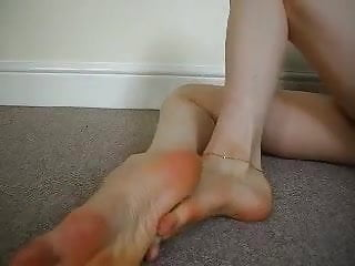 Cougar flashes off her lengthy spectacular soles and sweet toes