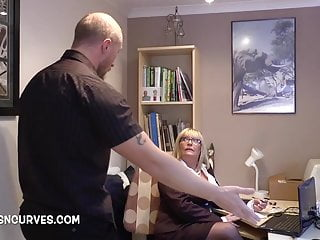 Mature assistant bangs her youthfull chief