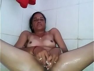 Desi steaming matured lady fuckin' her steaming cootchie using a vegetable
