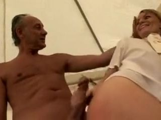 Femme jockey anglaise baise avec un entraineur dans la paille