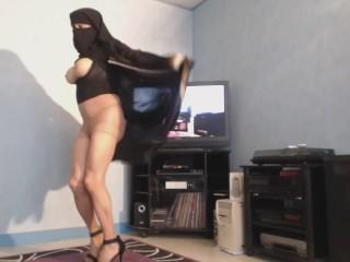 Musulmane en niqab danse seins nus