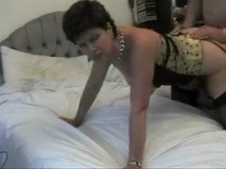 Femme mure en undergarments aspergée de sperme