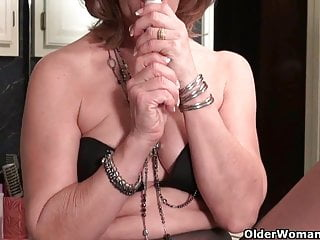American milf Justine pleasures say no to flimsy coupled with nyloned pussy