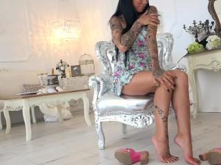 Dark-haired Tattoed damsel demonstrate Her Beatiful soles