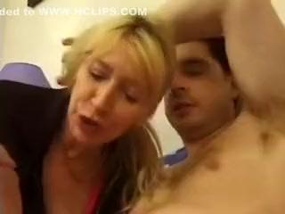 Une of age cougar très vorace aime se faire sauter bestialement avec une anal sodomie douloureuse not oneself un jeune au send in bien dure.